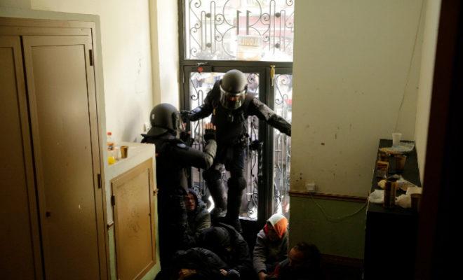 Los antidisturbios intentan acceder a los domicilios de Argumosa, 11, este viernes.