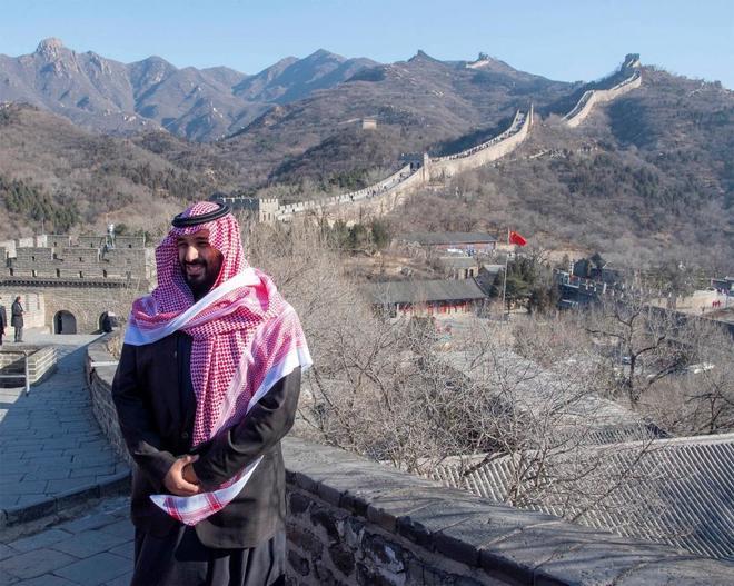 El príncipe heredero de Arabia Saudí, Mohamed bin Salman, en la Gran Muralla, en Pekín.
