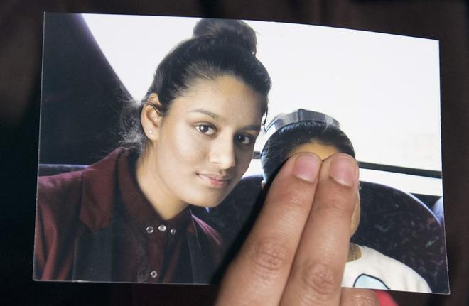 Fotografía que muestra a Shamima Begum, junto a su hermana menor (tapada en la imagen).