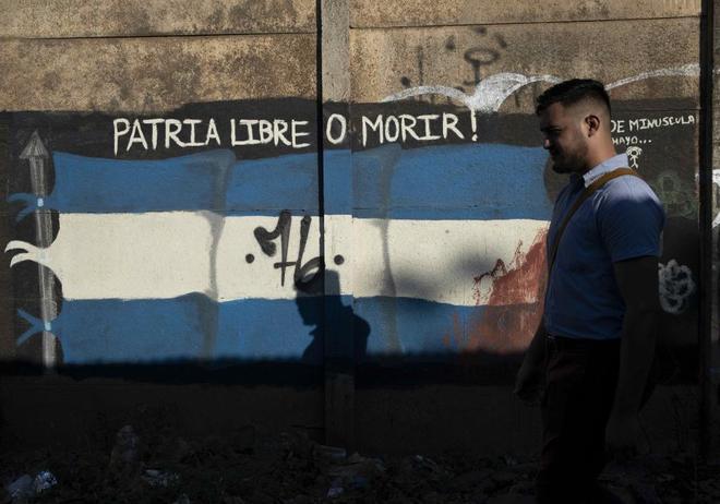 Un estudiante camina frente a un mural de la bandera de  Nicaragua, el pasado febrero.