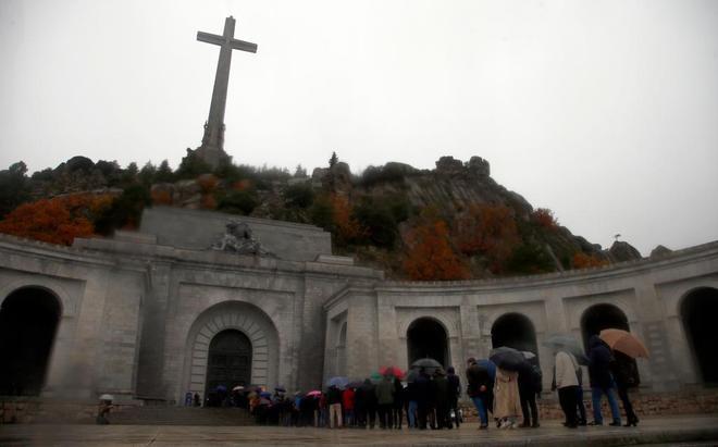Numerosas personas hacen cola para acceder a la Basílica del Valle de...