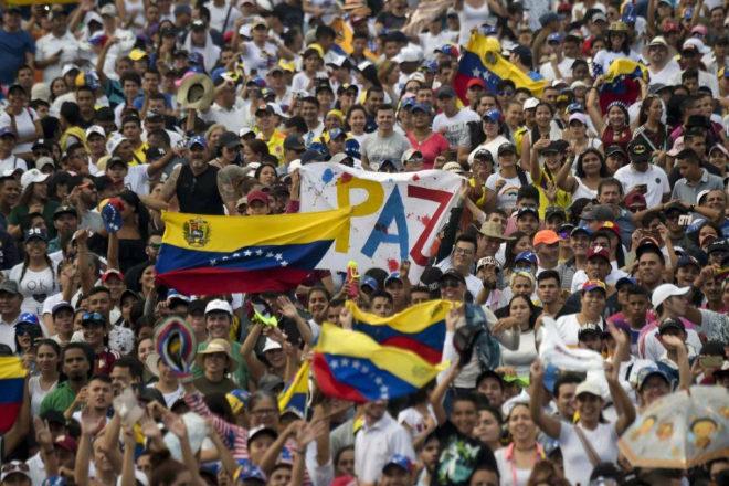 Cientos de personas esperan a que comience el concierto organizado por el empresario británico Richard Branson, Aid Live Venezuela, en Cúcuta (Colombia).