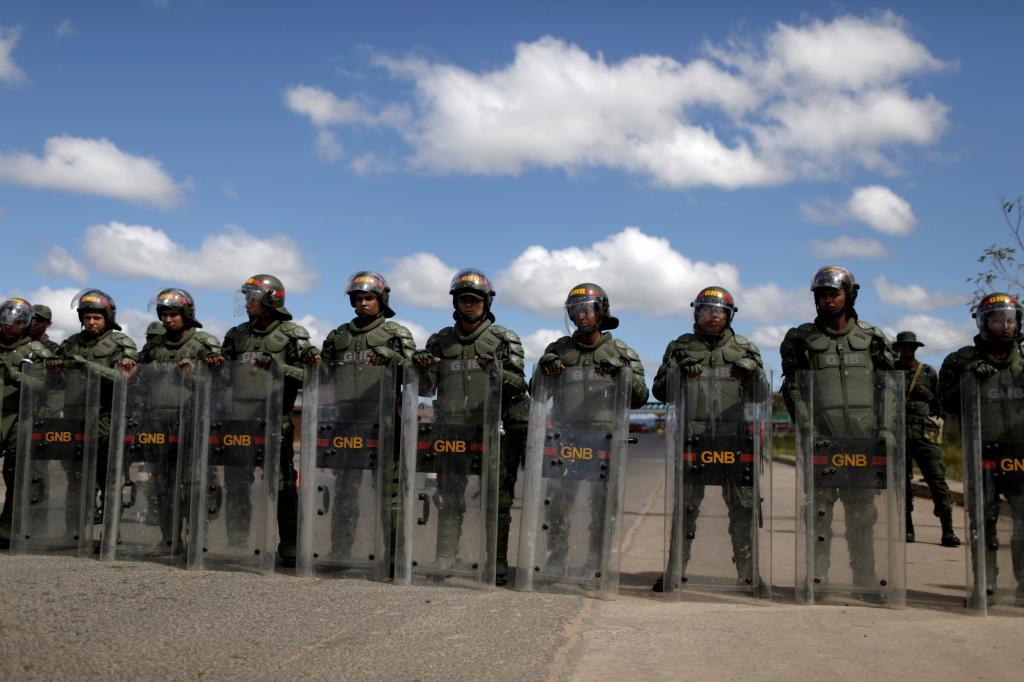 La Guardia Nacional Bolivariana bloquea este viernes la carretera fronteriza entre Venezuela y Brasil.