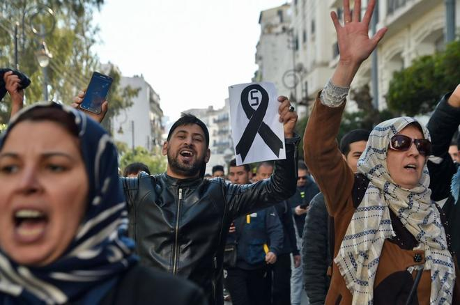 Manifestantes protestan esta tarde contra la candidatura del presidente Buteflika a la reelección, en el centro de Argel.
