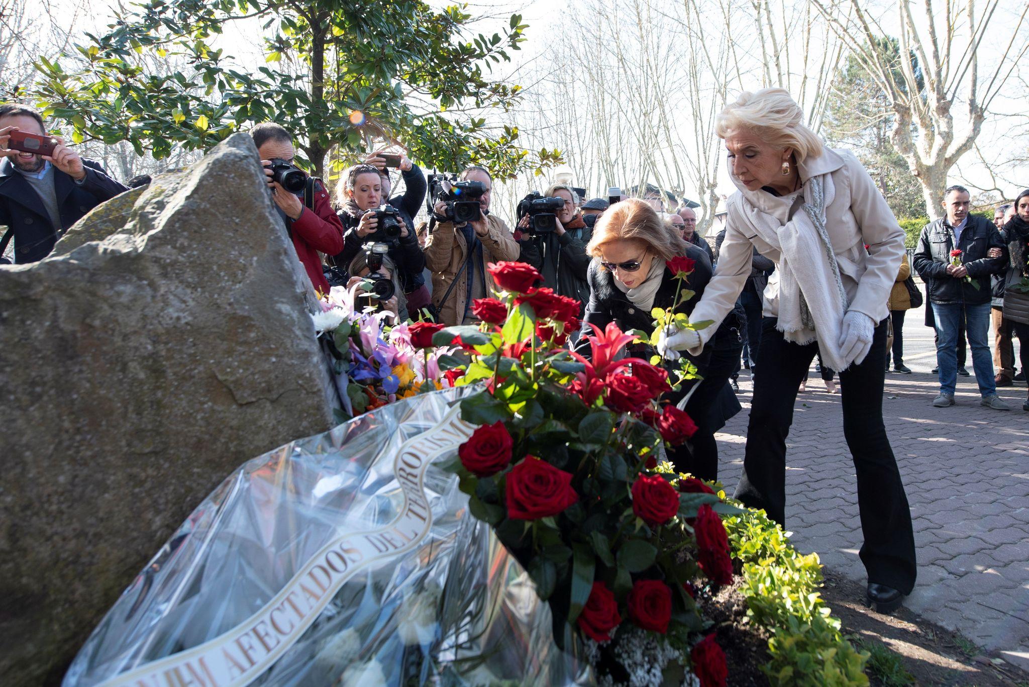 Natividad Rodríguez y Begoña Elorza en el momento de realizar la ofrenda floral.