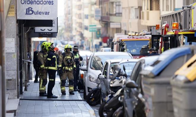 Los bomberos actuan en el incendio en un piso de la calle General O'Donnell