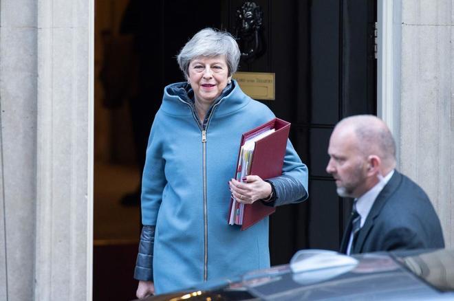 La primera ministra británica, Theresa May, saliendo del número 10 de Downing Street.
