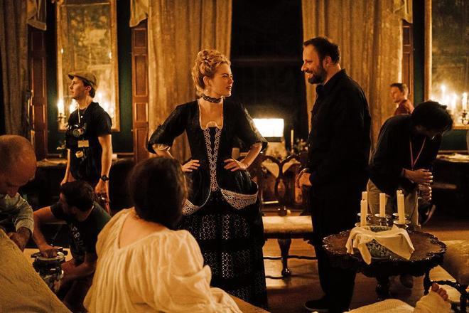 Yorgos Lanthimos charla con la actriz Emma Stone durante el rodaje de 'La favorita'.