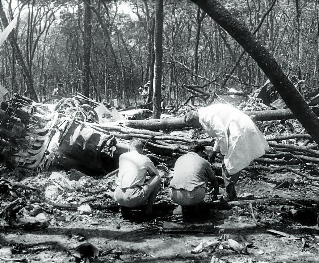 Las autoridades inspeccionan el lugar en el que se estrelló el avión en el que viajaba Hammarskjöld.