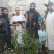 El hombre que sale en el centro de la imagen con barba y chaleco azul es Bilal Wahabi. Salió de Ceuta para Siria. A su lado, sujetando un arma, está Mohamed Ghobrit, yihadista de Murcia que falleció en septiembre. Wahabi está ahora en una cárcel kurda.