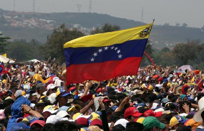 Miles de personas asisten al concierto Venezuela Aid Live,