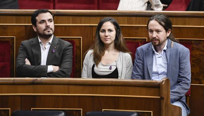 Alberto Garzón, de IU, junto a Ione Belarra y Pablo Iglesias, de Podemos, en el Congreso.