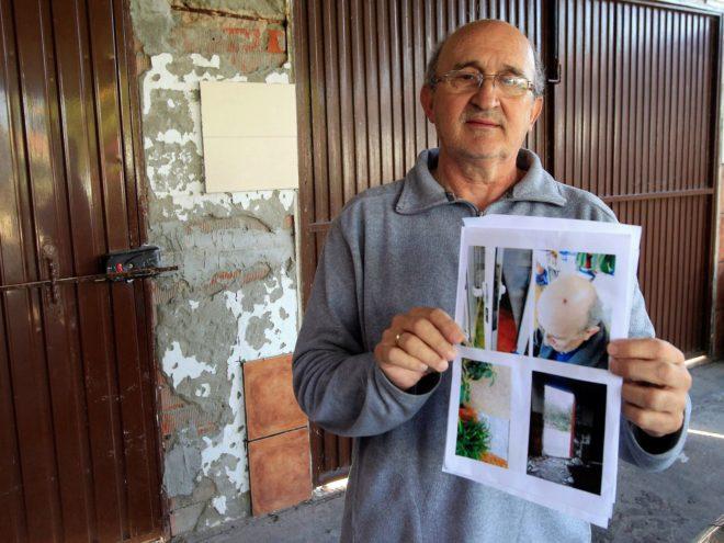 José López, vecino de La Línea, enseña unas fotografías de los daños materiales y personales que sufrieron su esposa Francisca y él durante la operación policial.