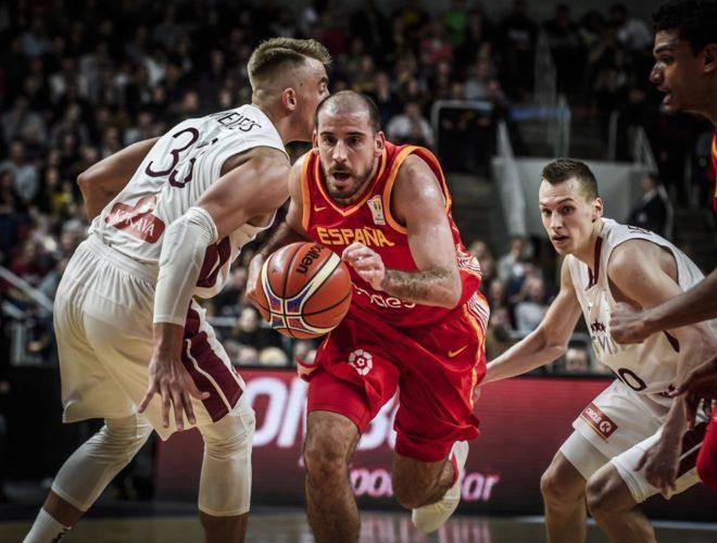 Quino Colom, durante una de las jugadas de España en Letonia.