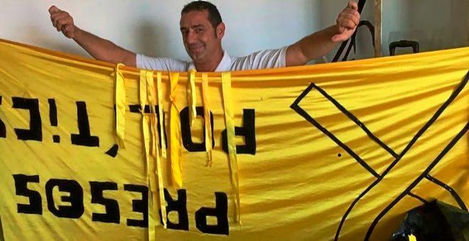 Juan Ribas, con una pancarta 'indepe' que ha arrancado de la calle.