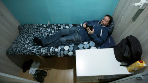 Una noche en los 'pisos colmena' ilegales en Barcelona