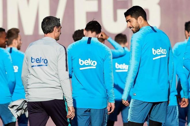 Luis Suárez (d) conversa con Ernesto Valverde durante el último entrenamiento.