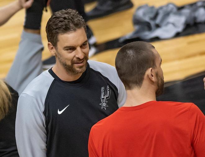Pau Gasol, junto a su hermano Marc antes del Raptors-Spurs.