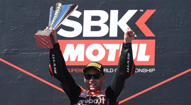 Álvaro <HIT>Bautista</HIT> celebra su victoria en la carrera de Superbikes.