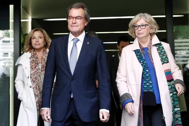 El ex presidente de la Generalitat <HIT>Artur</HIT> <HIT>Mas</HIT> (c), junto a las ex consellers Joana Ortega (i), e Irene Rigau (d)