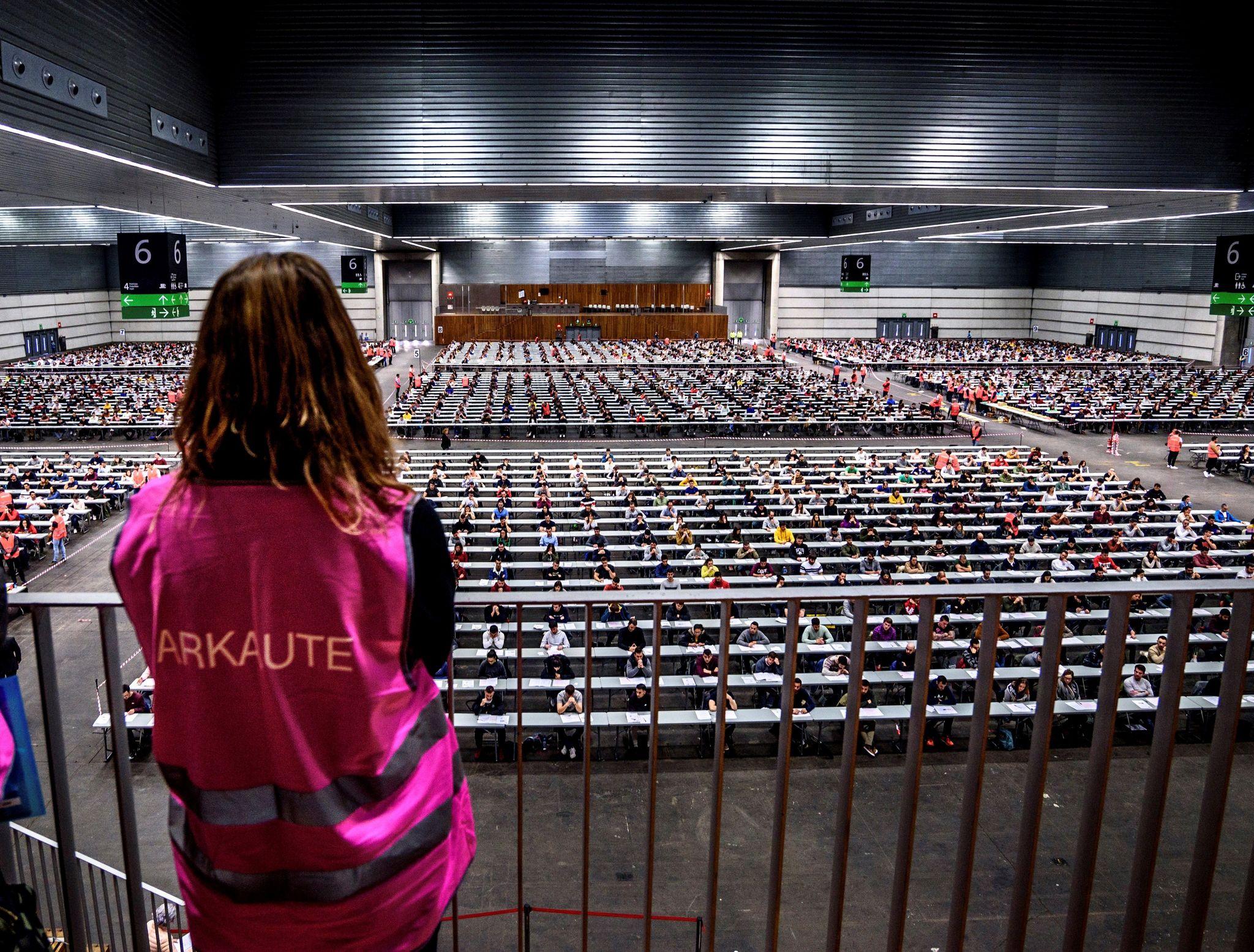 Los aspirantes a ertzainas realizan las primeras pruebas en el BEC de Barakaldo.
