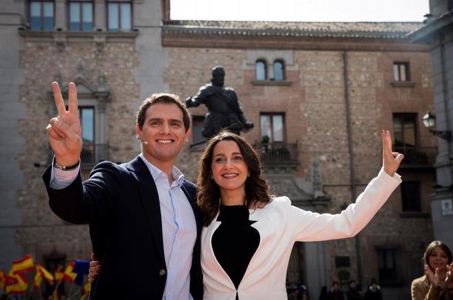 Albert Rivera e Inés Arrimadas saluda haciendo el gesto de la victoria este sábado en Madrid.