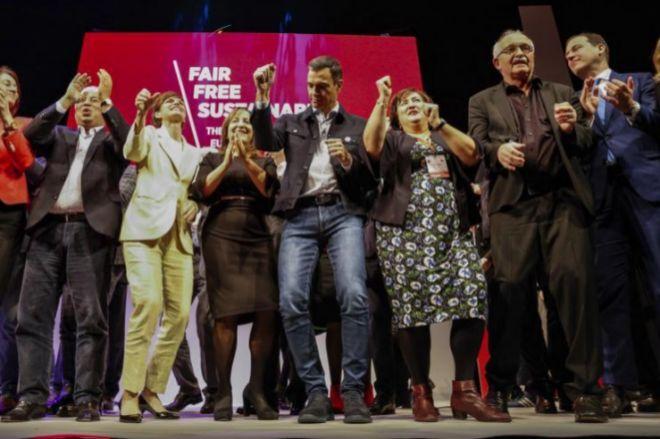 Pedro Sánchez, bailando en el escenario en el acto de los socialistas europeos.