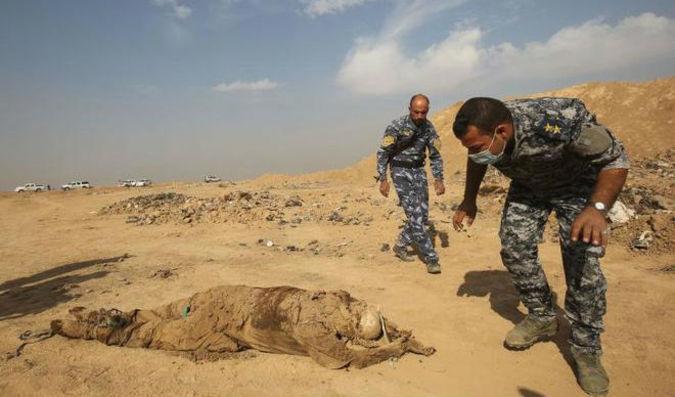 Una de las fosas comunes de víctimas del IS hallada en Irak en noviembre del pasado año.