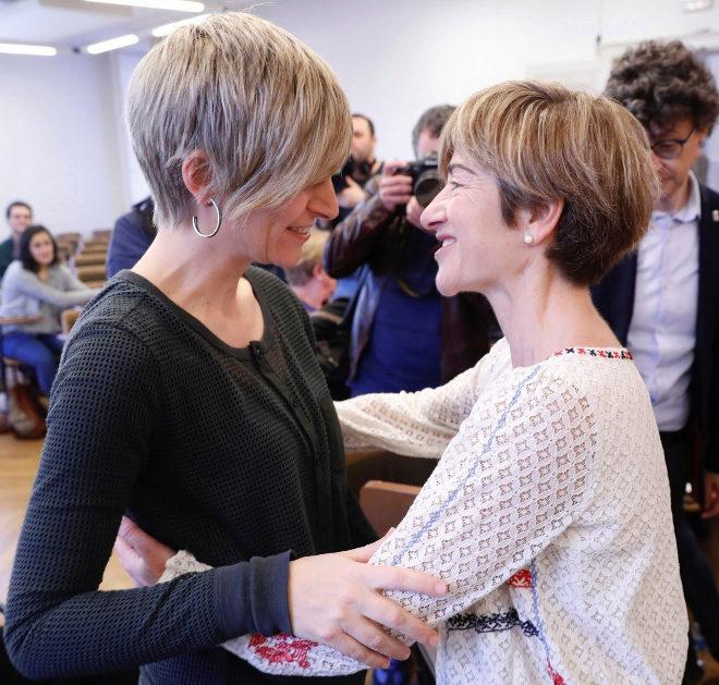 María Jáuregui y Pili Zabala se saludan durante el Foro Social.