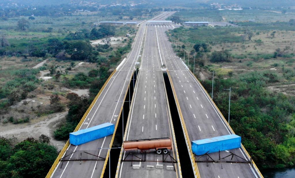 El puente de Tienditas bloqueado en la frontera entre Colombia y Venezuela.
