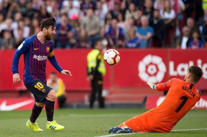 Messi supera a Vaclik, en el tercer gol del Barça en el Pizjuán.