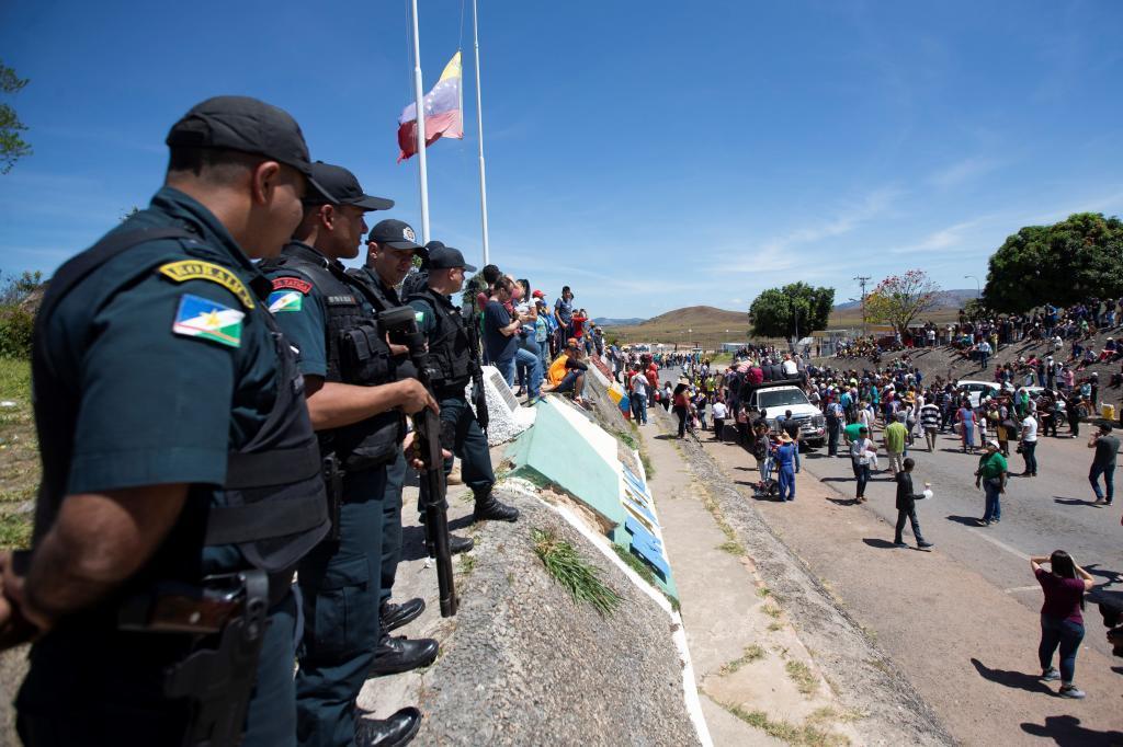 Policía brasileña monta guardia este sábado en el paso fronterizo de Pacaraima, entre Brasil y Venezuela.