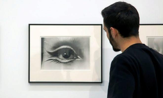 Un visitante en la muestra de fotógrafos nipones de la contracultura de los 60, en Bombas Gens.