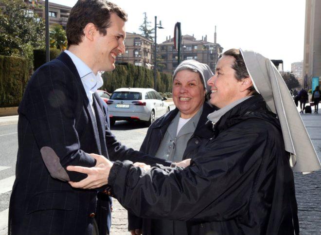 Pablo Casado saluda a dos monjas, ayer, a su llegada al Palacio de Congresos de Granada.