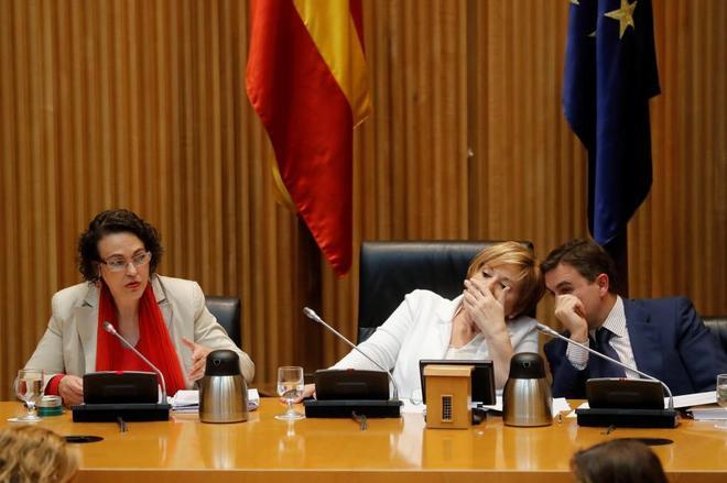 La ministra de Trabajo, Migraciones y Seguridad Social, Magdalena Valerio, junto a la presidenta de la Comisión del Pacto de Toledo, Celia Villalobos, en una comparecencia ante la Comisión de seguimiento del Pacto de Toledo el pasado mes de julio.