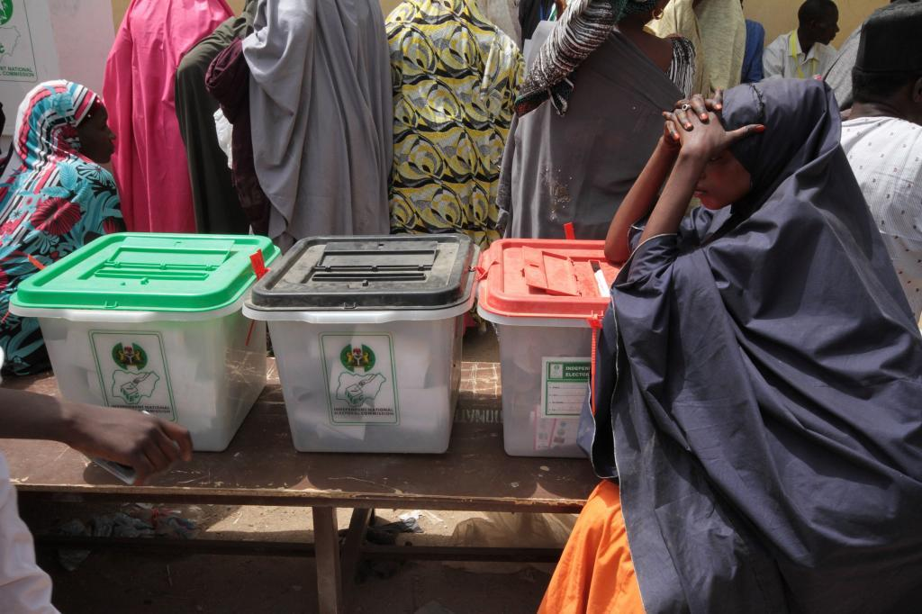 Urnas en un colegio electoral, este sábado en Kano, Nigeria.