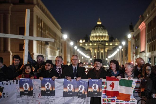 Varias personas participan en una vigilia en apoyo a las víctimas de los abusos sexuales en Roma.