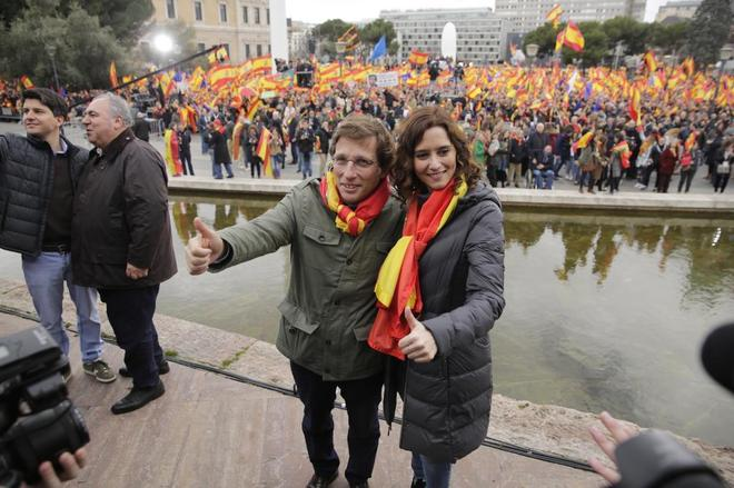 Jose L. Martínez almeida e Isabel Díaz Ayuso, en la concentración contra Pedro Sánchez de Colón.