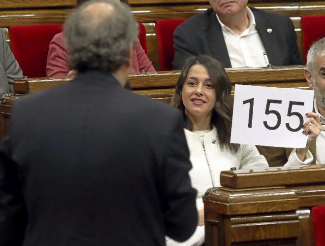 Arrimadas muestra a Torra un cartel con el artículo 155 en el Parlament el pasado 12 de diciembre.