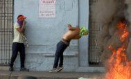 Un manifestante venezolano cae durante un enfrentamiento con las fuerzas de seguridad para defender la entrada de ayuda humanitaria en la localidad de Ureña.