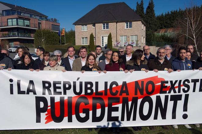 Inés Arrimadas y otros miembros de Ciudadanos, ante la casa de Puigdemont en Waterloo.
