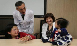 Beatriz y su familia, junto al doctor Alfons Macaya en el Hospital Vall d?Hebron.