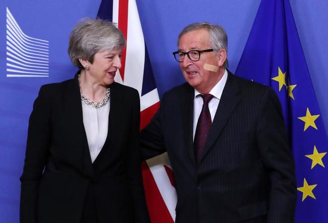 La primera ministra británica, Theresa May, con el presidente de la CE, Jean-Claude Juncker.