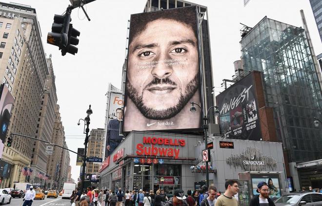 Anuncio de Nike con Kaepernick como protagonista en un edificio de Nueva York en septiembre
