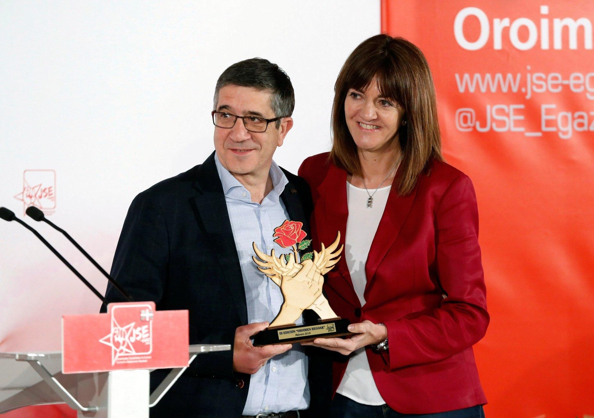 Idoia Mendia junto a Patxi López, uno de los premiados.