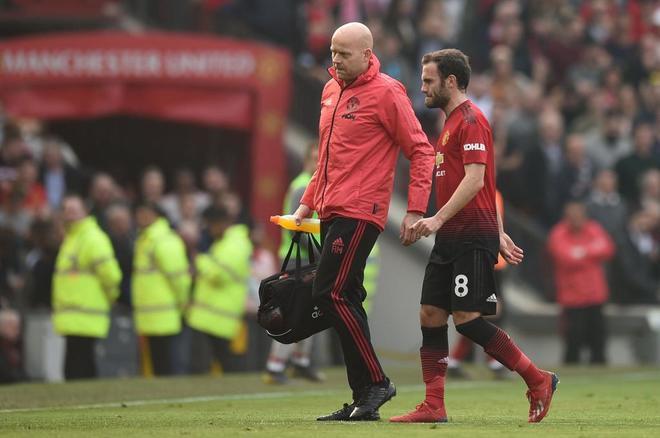 Juan Mata abandona el césped tras lesionarse en el partido ante el Lvierpool.