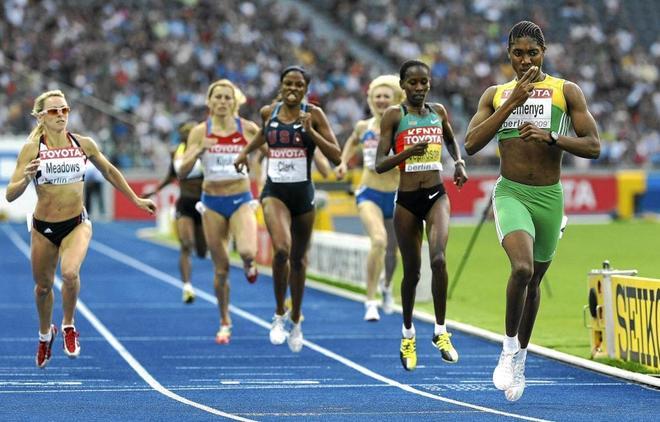 Semenya (dcha.), durante el Mundial de Berlín de 2009, competición en la que despuntó.