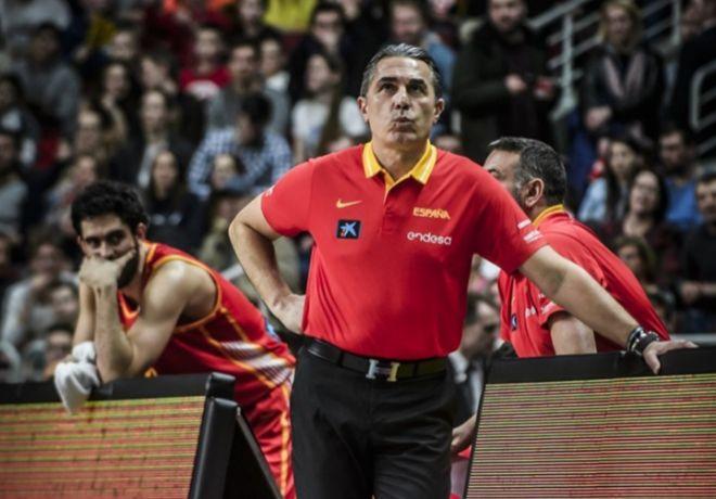 Scariolo, con Beirán al fondo, durante el partido en Letonia.