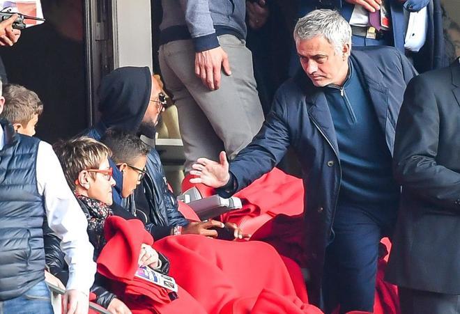 Mourinho, junto a Anelka, durante un partido reciente en Francia.