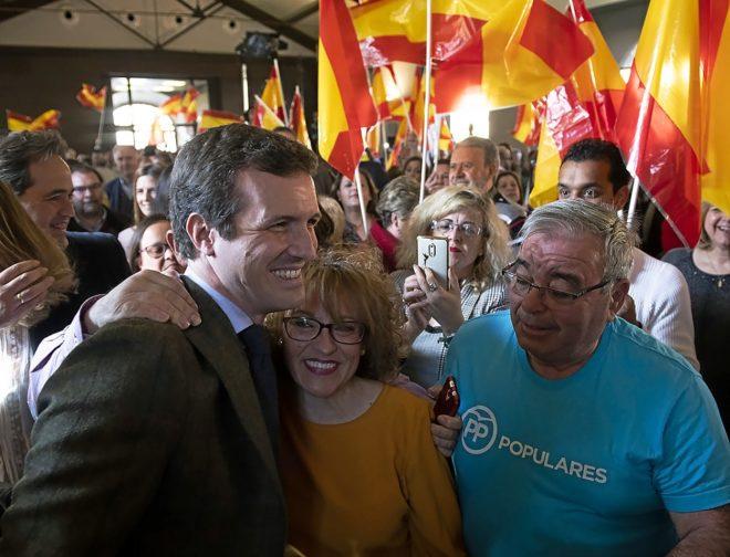 El líder del PP, Pablo Casado, ayer, rodeado de simpatizantes en un acto en Toledo.